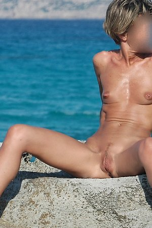Beach voyeur moments - spread legs