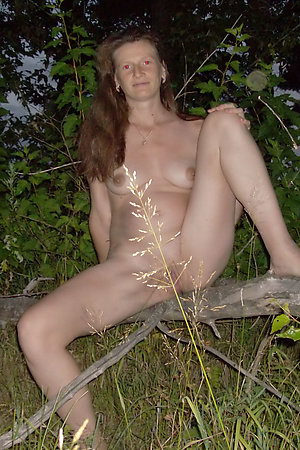 Pregnant nudist wife posing for hubby in the evening